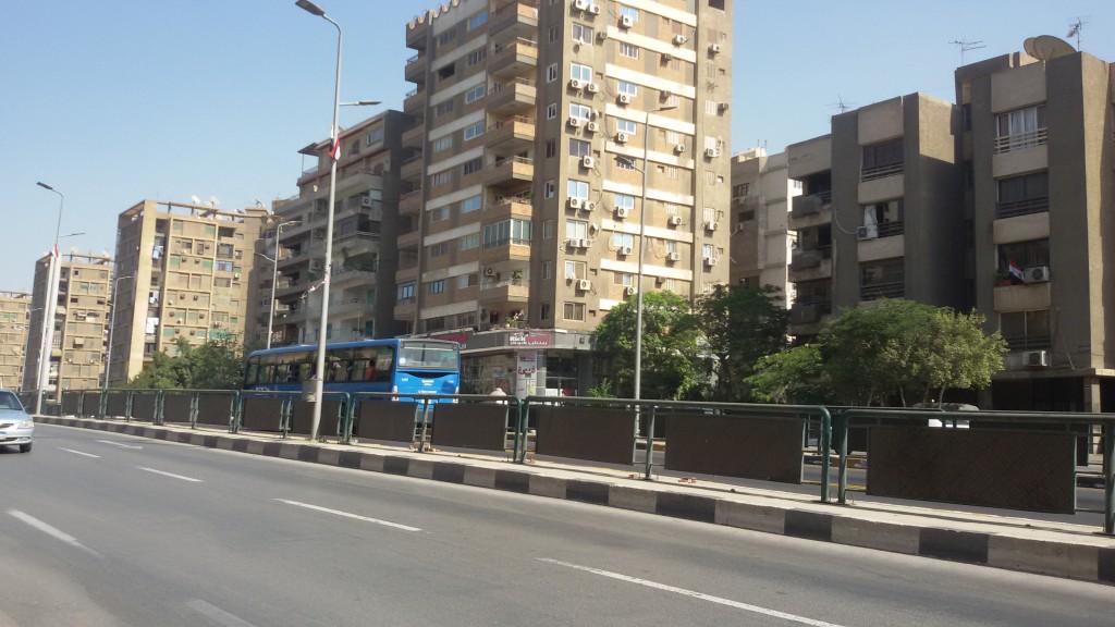 حاجز بين حارات الأوتوبيس والسيارات على طول شارع مصطفى النحاس