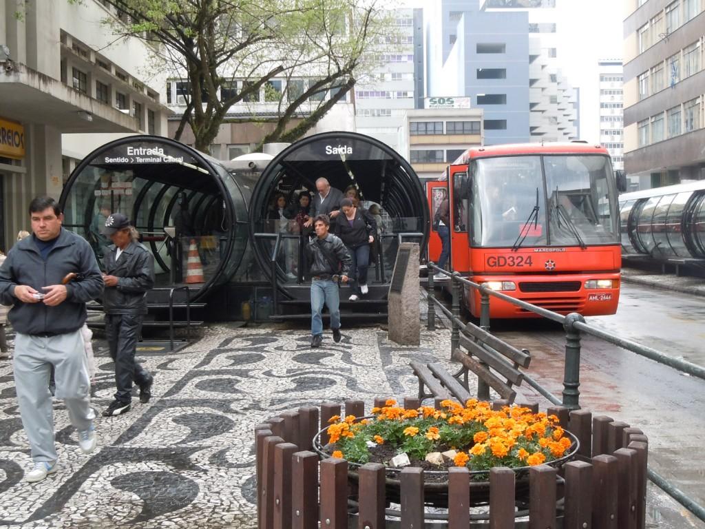 محطات أوتوبيس نظام النقل السريع في كوريتيبا، البرازيل. مصدرالصورة: خطط الموقع العالمي