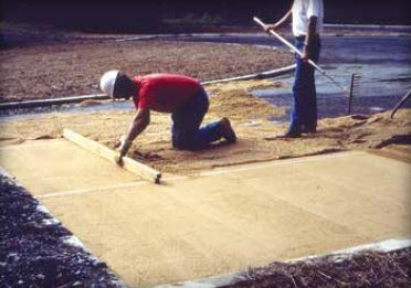 Figure 7: Spread of sand bedding with screed boards Source : ICPI, 2014