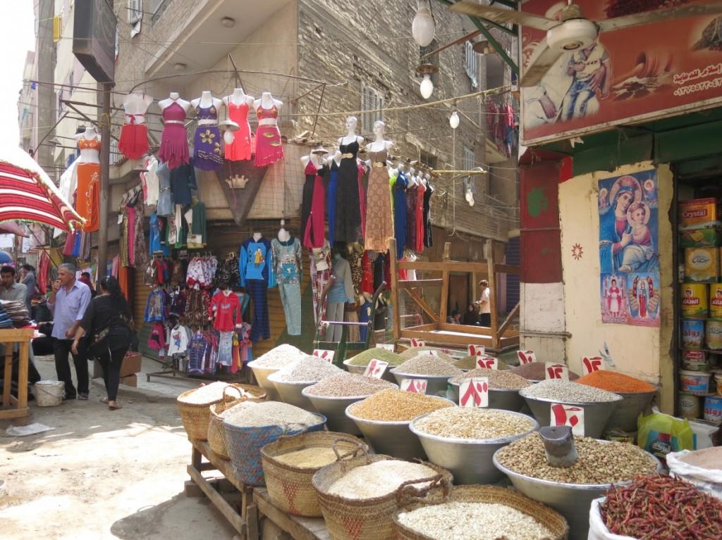 المحلات والأنشطة التجارية المتجولة والثابتة في الشارع  علامات مميزة لكثير من شوارع المنيرة الغربية الرئيسية. الصورة من شارع البصراوي.  (تضامن، 2015)