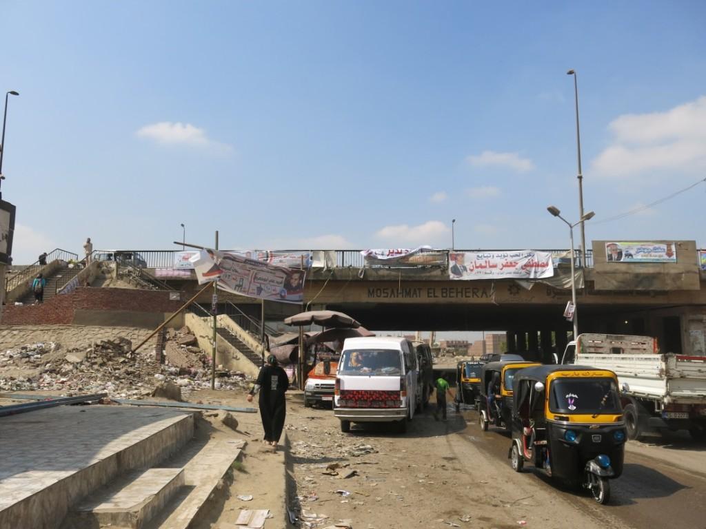 النفق أسفل الدائري المؤذدي إلى بشتيل ، والسلالم التي تؤدي إلى واحدة من نقاط الحركة الهامة فوق الدائري من خلال الميكروباص إلى مناطق عدة حول القاهرة الكبرى. (تضامن، 2015)
