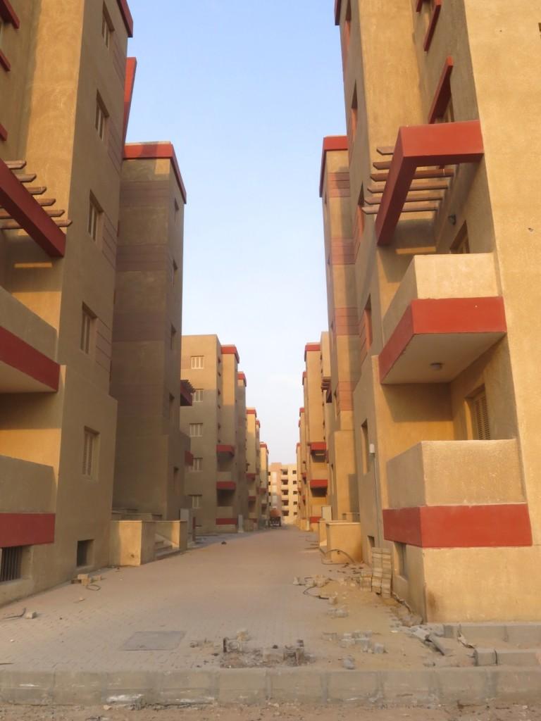 ممرات المشاة بين عمائر مشروع الإسكان الجديد الذي شارفت أعمال التشطيبات فيه على الانتهاء.  (تضامن،2015).