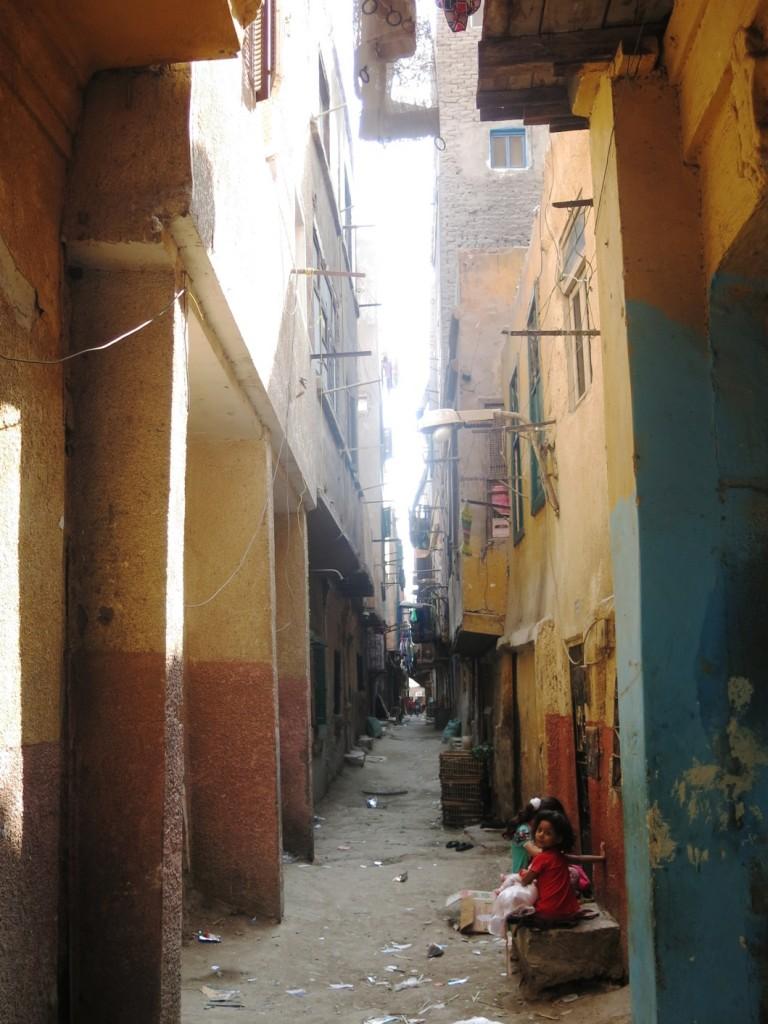 شوارع سيدي اسماعيل بعد أن هدم الأهالي بيوتهم القروية الطينية القديمة وبنوا محلها بيوت خرسانية أعلى على نفس الشوارع الضيقة. (تضامن، 2015)