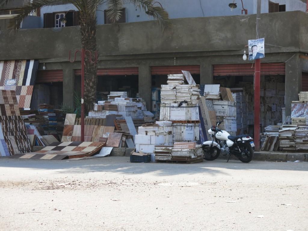 سوق السيراميك الشهير بأرض عزيز عزت.  (تضامن،2015).
