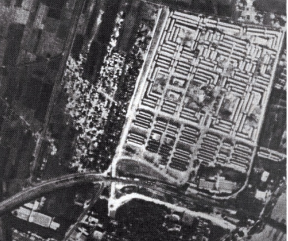 """صورة جوية من الخمسينيات تظهر المساكن غير الرسمية التي قيل انها لعمال البناء العاملين بمشروع """"مساكن العمال"""""""