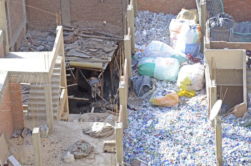 استغلال أسطح منازل الزبالين في عمليات فرز المخلفات الصلبة. تضامن 2015