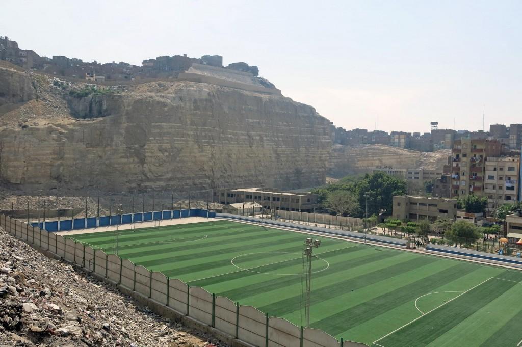 ملعب كرة القدم الذي تكلف انشائه 2 مليون جنيه وفقًا لمصادر بمحافظة القاهرة. تضامن 2015