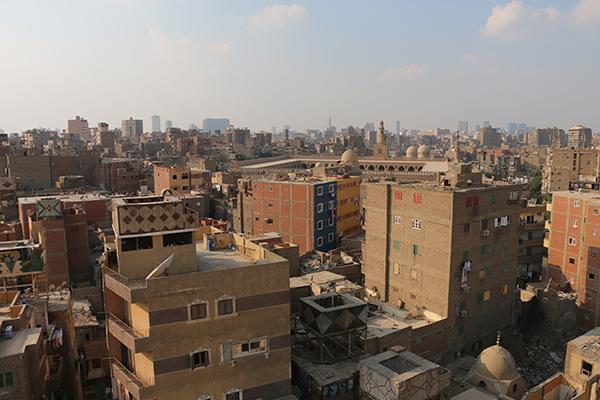 ارتفاعات المباني حديثة الانشاء في المنطقة تصل للثمان أدوار رغم ضيق الشوارع. مبادرة الأثر لنا، بدون تاريخ.