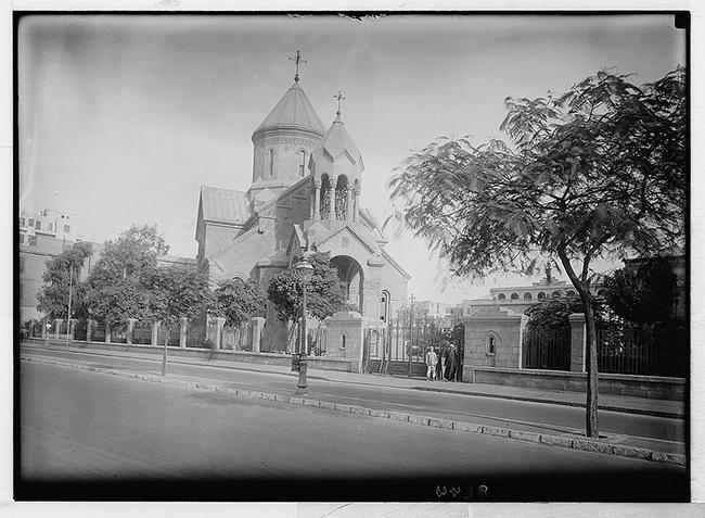 كنيسة القديس غريغوريوس المنوّر في الشارع الذي كان مجرى ترعة الأسماعيلية سابقاً ( 1939 – 1934) المصدر