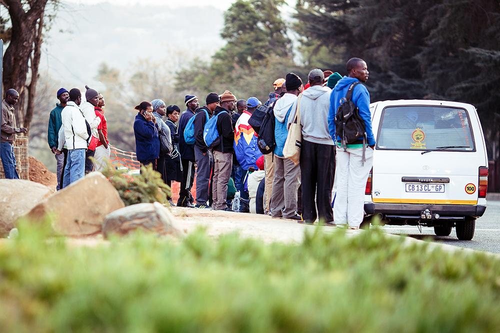 الركاب الذين ينتظرون ركوب حافلات الأجرة– تصوير: Rafiq Sarlie