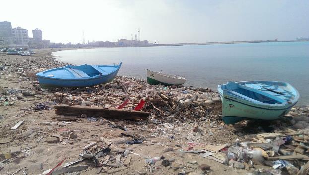 الشكل 12: نفايات وأنقاض على الشاطئ في أنفوشي بالقرب من ورش بناء السفن. (المصدر: الكاتبة)