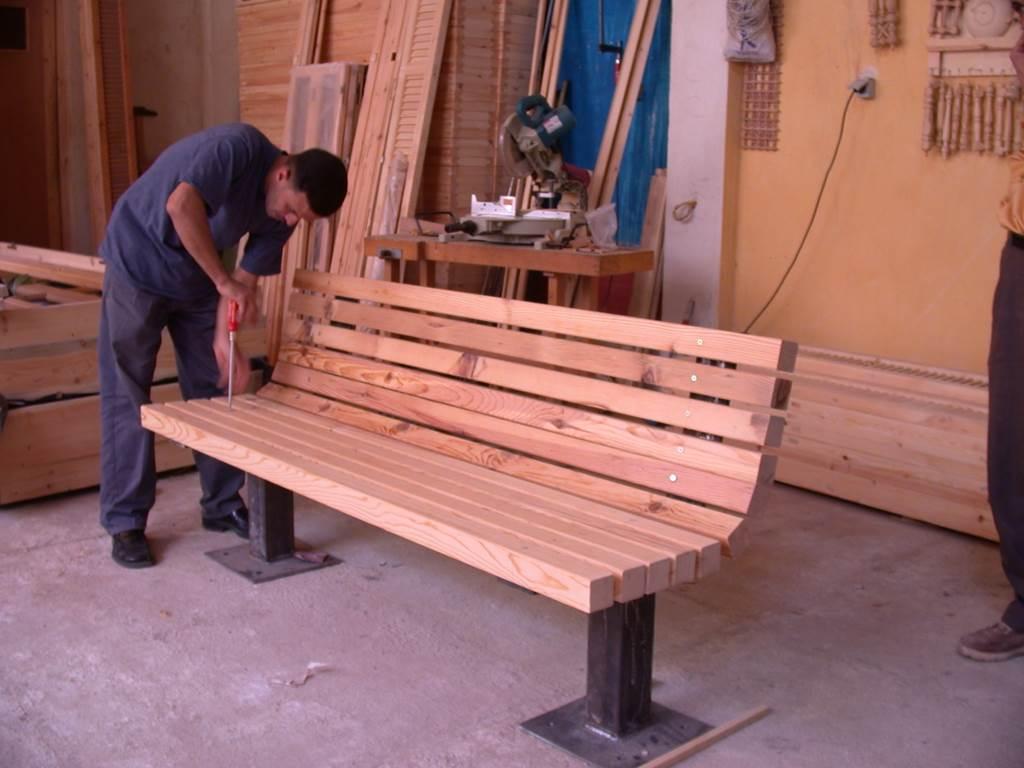 المقاعد الخشبية لحديقة الأزهر هي من صنع نجارين محليين. المصدر: صندوق الآغا خان للثقافة